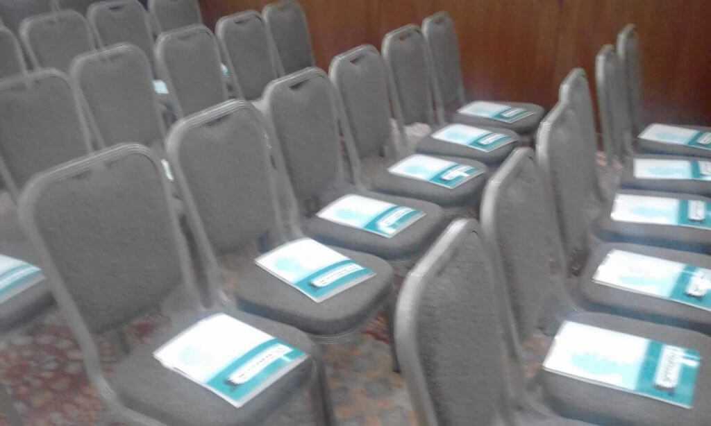 כנס מתמודדים - צריך עיון כיכר השבת טקסט רץ פולדרים על הכיסאות