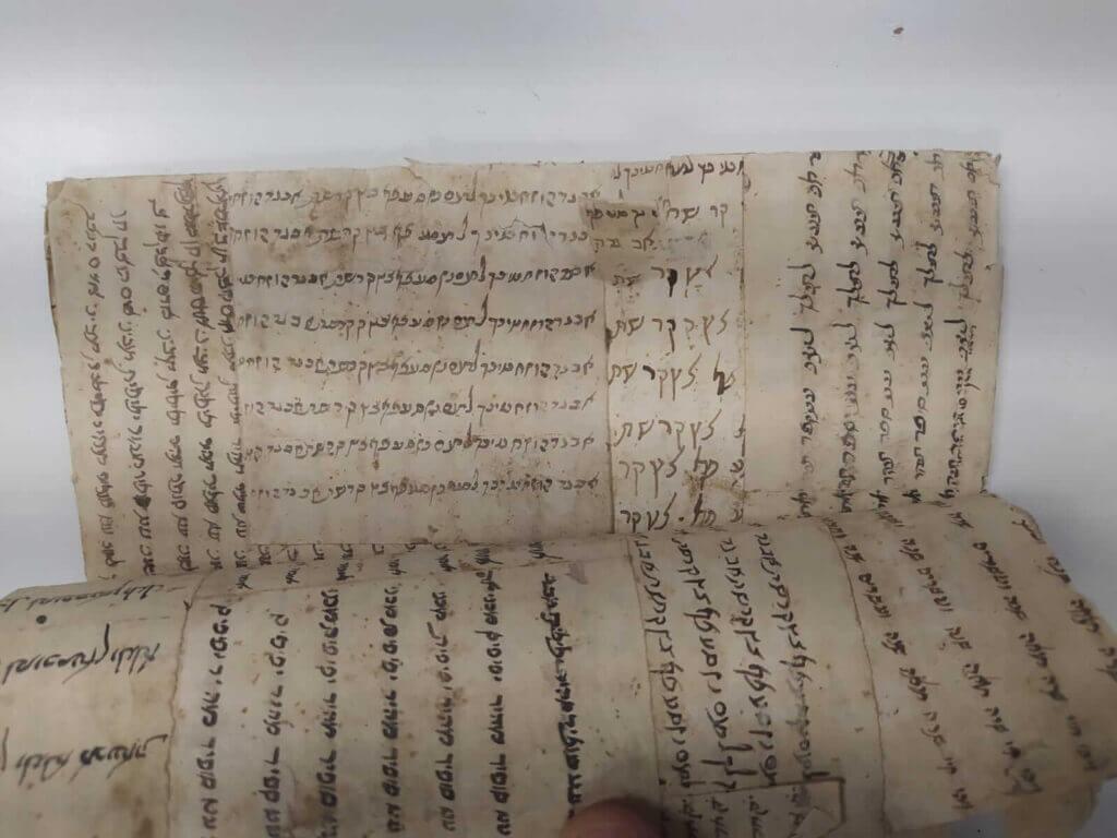 גניזת כריכות - אוצרות יודאיקה בתוך כריכות ספרים - איך היו מכינים פעם כריכות
